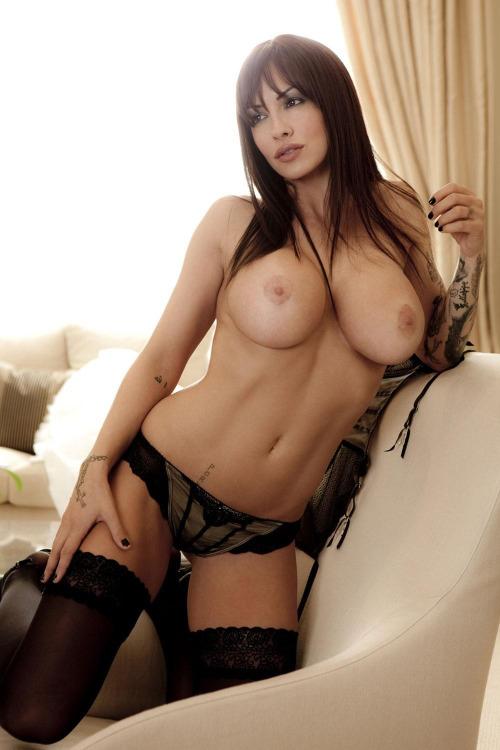 femme nue exhibe sexe dans le 02
